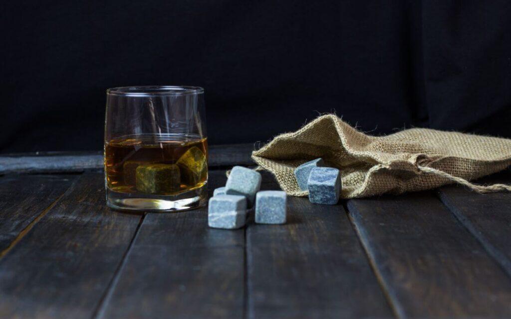 Kamienne kostki do whisky i ich rola